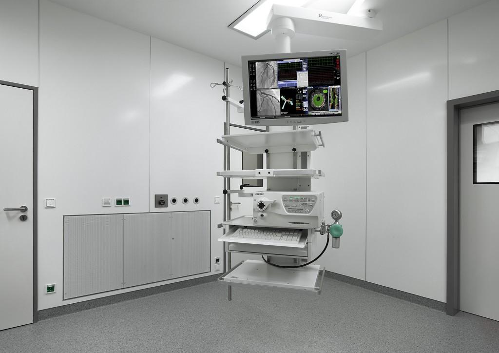 Perfekte Integration aller Einbauten, Anschlüsse und Auslässe durch den fugenlosen Wand- und Bodenbelag.