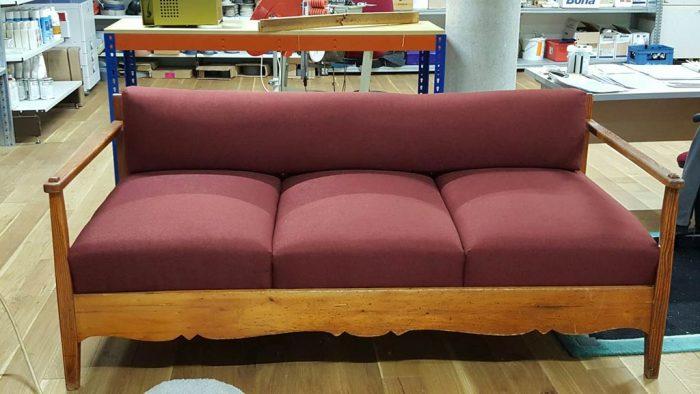 Die dreisitzige Couch im neuen Glanz