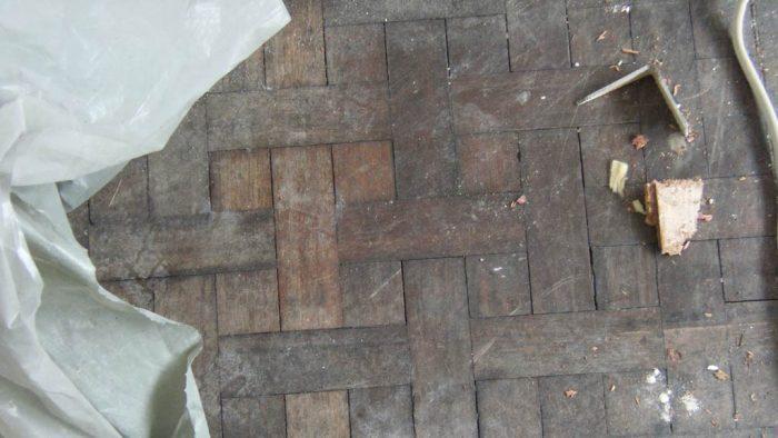 Abgetreten, blasses Holz und tiefe Karatzer